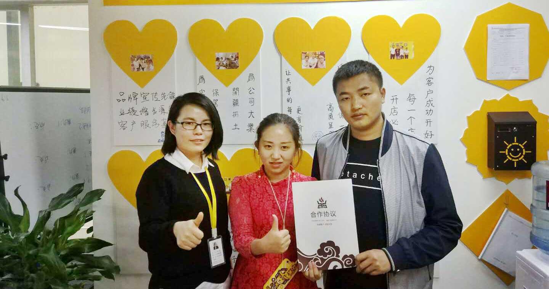 恭喜刘先生夫妻俩成功拿下遂宁市黄手艺冒菜加盟经营权