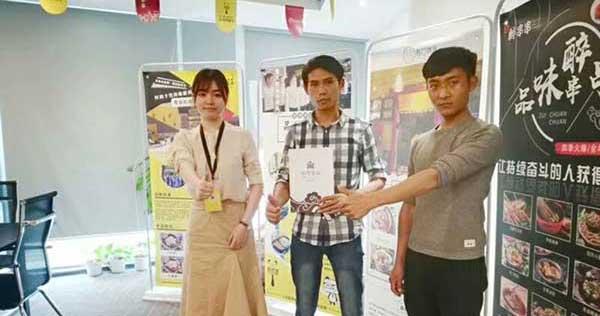 黄手艺云南保山冒菜加盟店签约