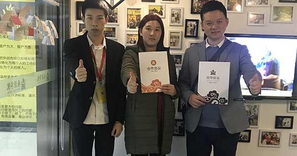 祝贺成都双流的曾姐签约黄手艺冒菜加盟项目