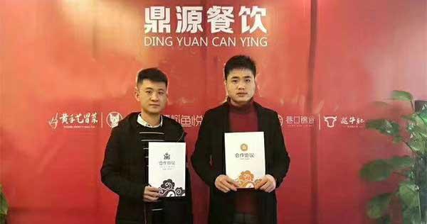 信阳吕氏兄弟俩从忙碌的中餐转到冒菜